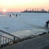 Любители подледного лова в замерзшей акватории Бердянского залива...